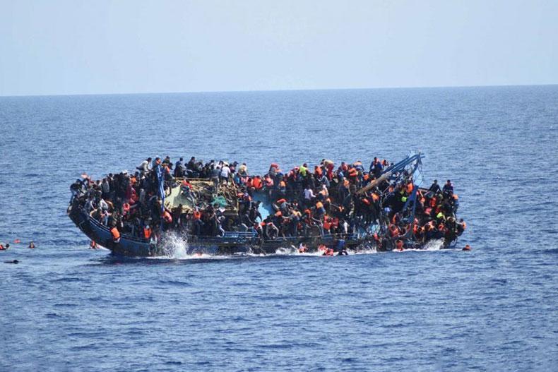 یک قایق گردشگری در آب های ویتنام واژگون شد