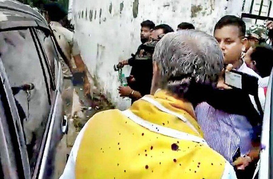 پاشیدن جوهر روی وزیر هندی ، لحظه این اقدام معترضان را ببینید