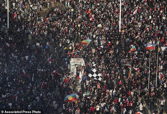 دولت شیلی به خواسته مردم تن داد و دست از نابرابری مالیاتی برداشت