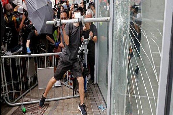 شورشیان سیاه پوش 2 مرکز تجاری در هنگ کنگ را تخریب کردند