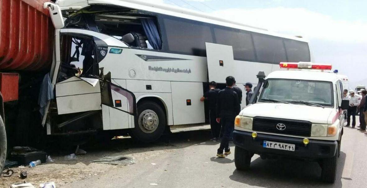 خبرنگاران برخورد کامیون با مینی بوس در مازندران 9 زخمی برجای گذاشت